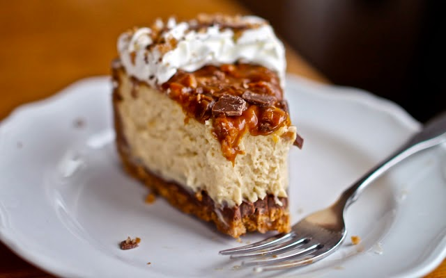 http://www.yammiesnoshery.com/2012/04/caramel-toffee-crunch-cheesecake.html#IDComment352426763