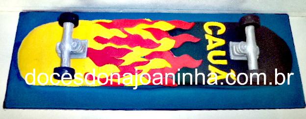 bolo decorado skate: bolo no formato de skateboard com estampa de chamas e nome do aniversariante