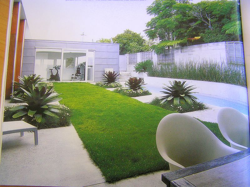Outdoor design and garden backyard designs vertical for Small garden design ideas with lawn