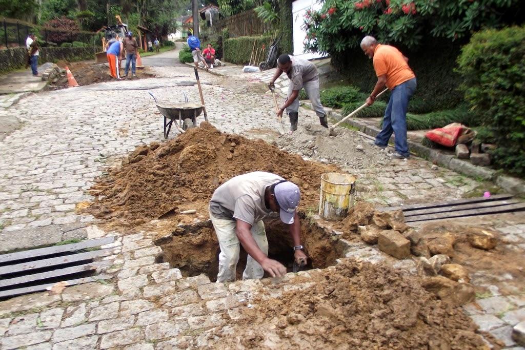 A Rua Reinaldo Viana, no Ingá, além de receber atendimento na rede de drenagem, também foi contemplada com capina, limpeza e recomposição  dos paralelos