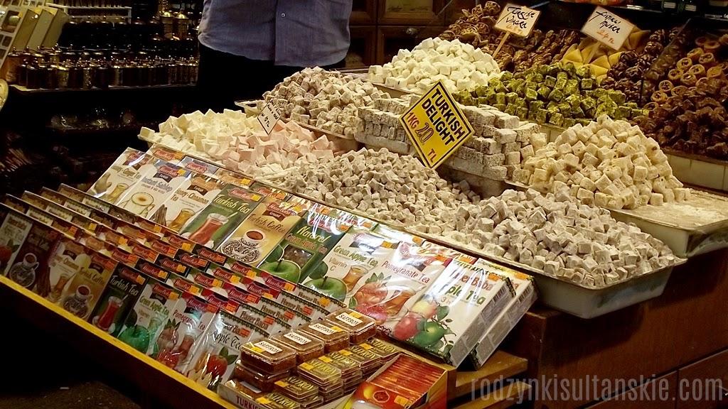 Sprzedawane np. na Krytym Bazarze lokum mają często zawyżone ceny - polecam wstąpić do sklepów z bakaliami, np. sieci Tuğba Kuruyemiş.