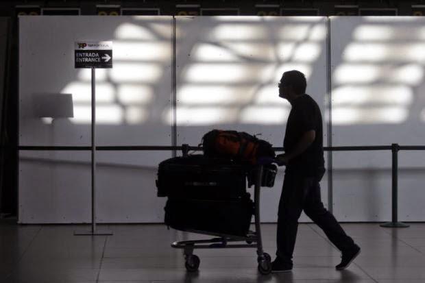 Doktor Didenda AS$90,000 Kerana Gurauan Bom Dalam Bagasi