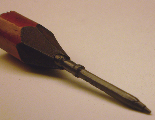 01-Pen-in-a-Pencil-Jasenko-Đorđević-Miniature-Sculptures-in-Pencil-Graphite-Lead-www-designstack-co
