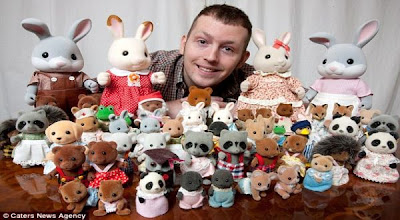 Pria Ini Habiskan Uang Rp 610 Juta Sekedar Untuk Boneka Mainan