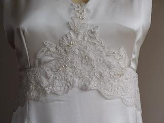 robe de mariée en crêpe et dentelle par créatrice à Versailles