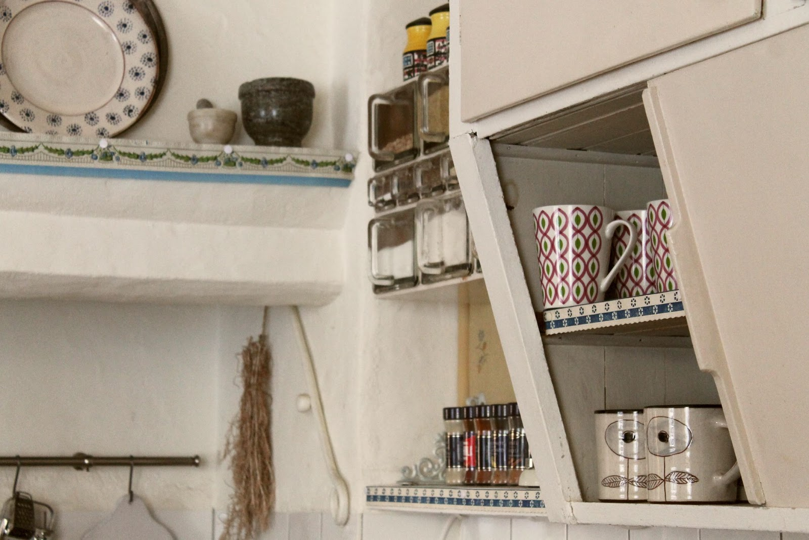Fru Åberg i lågbo: hyllremsor i köket