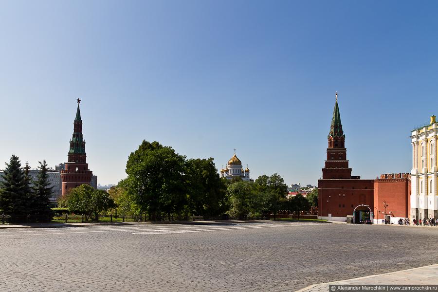 Башни Кремля: Боровицкая и Водовзводная | The Borovitskaya and Water Supplying (Vodovzvodnaya) Towers of  the Moscow Kremiln