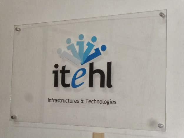 Agencia wtc logotipo en vinilo acr lico mdf sobre - Colocar vinilo en cristal ...