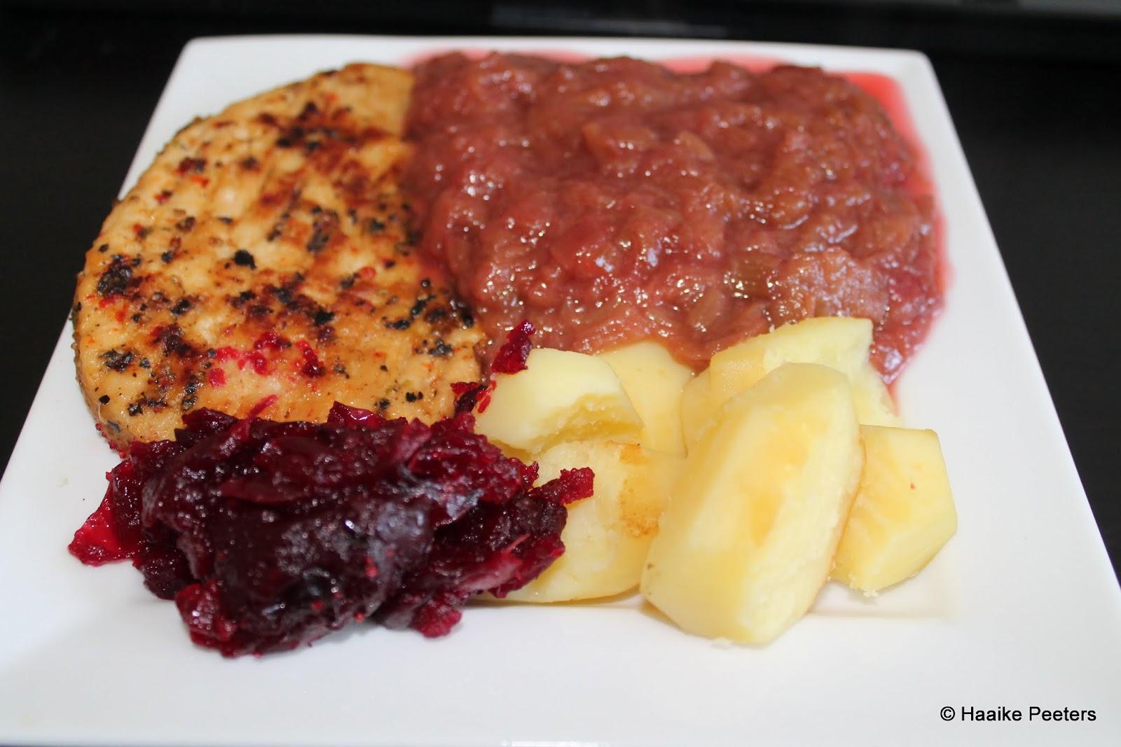 Vegetarische peperburger met rabarber, veenbessen en aardappels (Le petit requin)