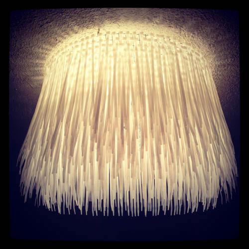 اضاءة للسقف باستخدام الاحزمة البلاستيكية