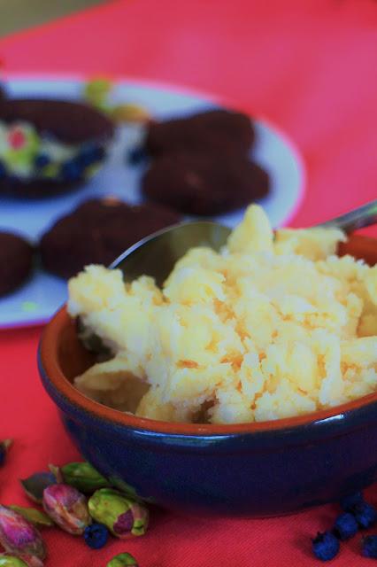 Chocoladewhooopies met witte chocolade-amandelvulling, blauwe besjes en pistachenoten