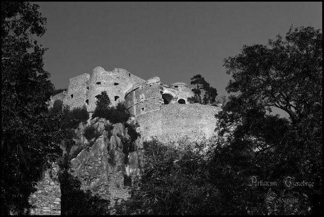Der Blick auf die obere Festung im Vordergrund der alte Kanonenturm...