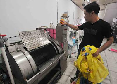 LOUNDRY SERVICE: Usaha industri yang bergerak di bidang jasa cuci pakaian dengan perkilo atau satuan mulai banyak dilirik sebagai industri rumahan. HARYADI/PONTIANAKPOST
