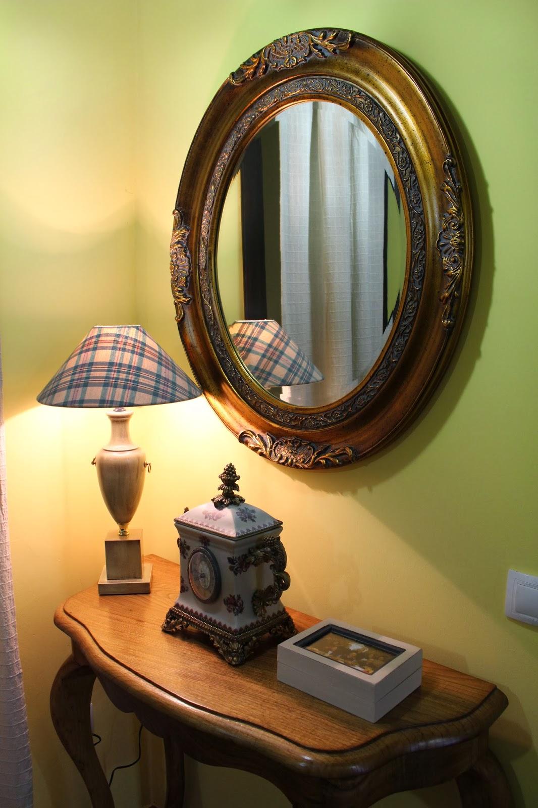 de un color clarito y algun cuadro que le de colorido y un espejo ...
