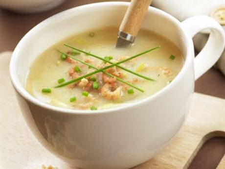 Lekker en makkelijk recept om witloofsoep te maken met witloof, uit en aardappel en te serveren met gerookte zalm of gepelde garnalen