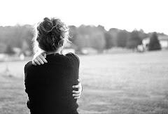 Echo de menos tus abrazos, eso abrazos que me regalabas sin yo tener que decirte nada.