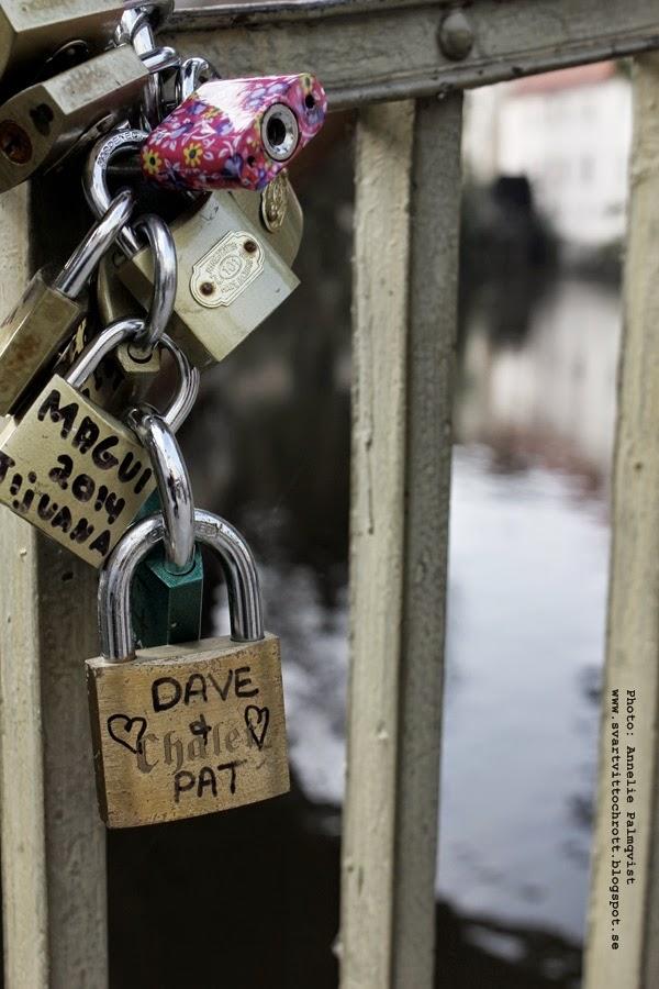 lås med namn, prag, tjeckien, skriva sina namn på ett lås och kasta bort nyckeln, staket