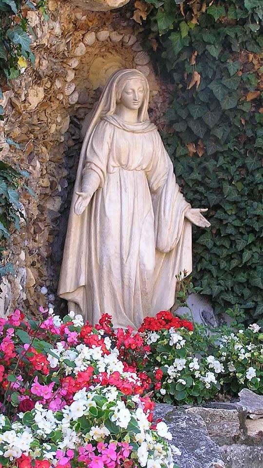 Notre Dame des Eaux, nos fundos do convento de St Gildard, Nevers. Segundo Santa Bernadette era a imagem que mais lhe fazia lembrar as aparições.
