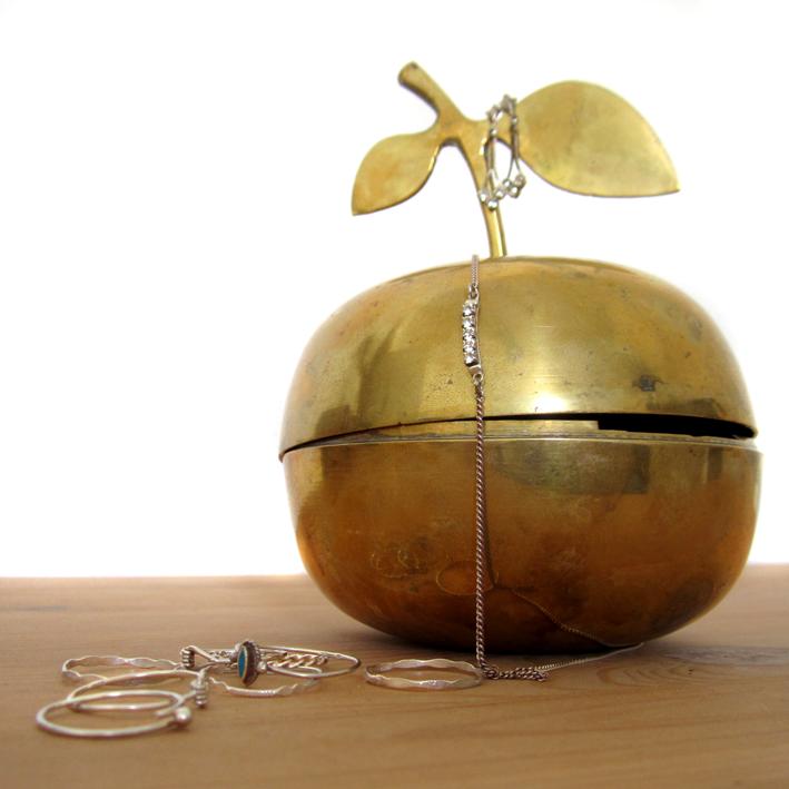 Old things - Vintage - boîte pomme cuivrée et bijoux - http://spicerabbits.blogspot.fr/