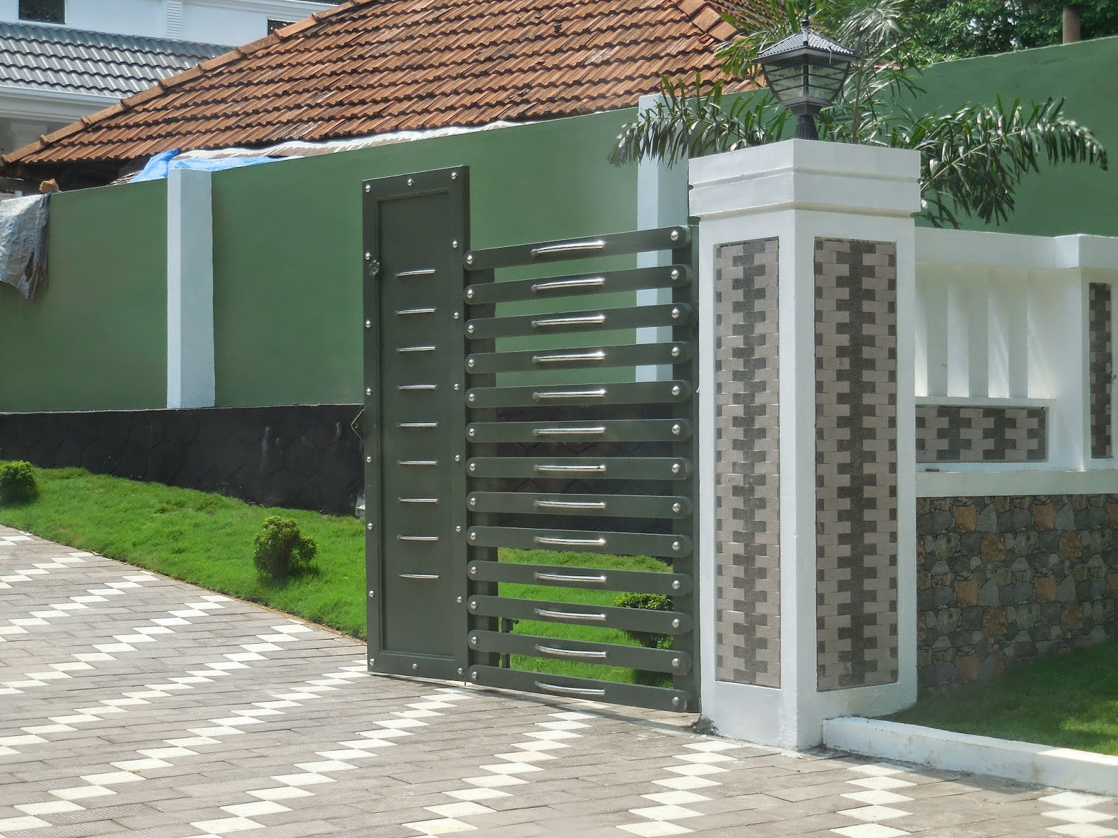Kerala gate designs pictures of kerala house gates for Wall gate design homes