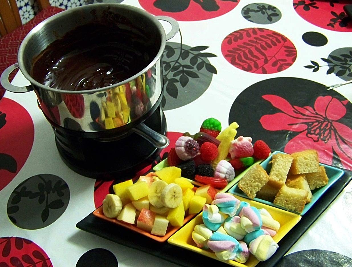 Mi cocinita de juguete fondue de chocolate con frutas golosinas y bizcochitos - Fondue de chocolate ...