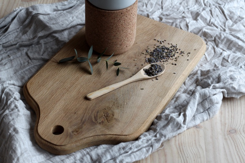 laventelia ja puinen leikkuulauta