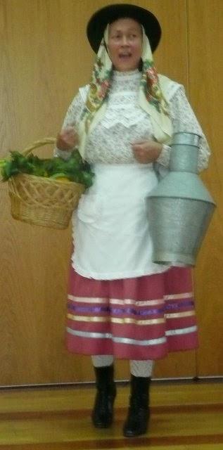 figura teatral de campesina: delantal, pañuelo, cesta y lechera