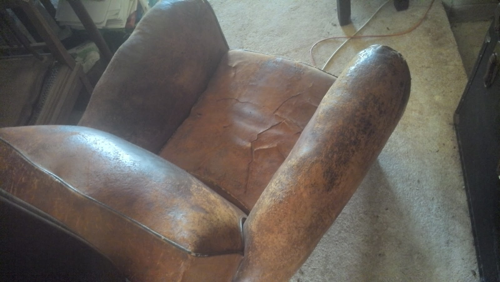 ancien fauteuil club dossier moustache en cuir art d co a restaurer chesterfield ebay. Black Bedroom Furniture Sets. Home Design Ideas