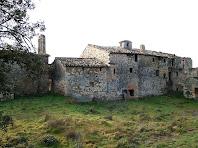 La façana principal, orientada al nord, del Mas d'Olzinelles
