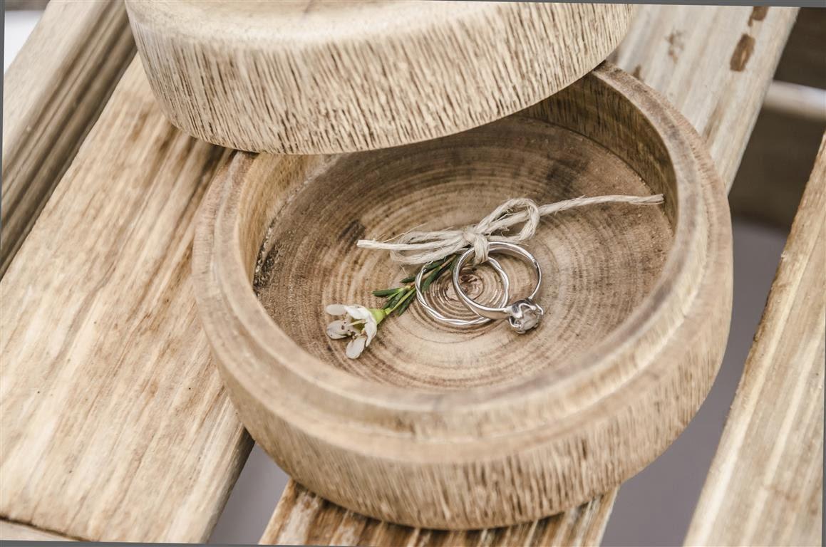 cajita redonda madera para alianzas de boda el sofa amarillo