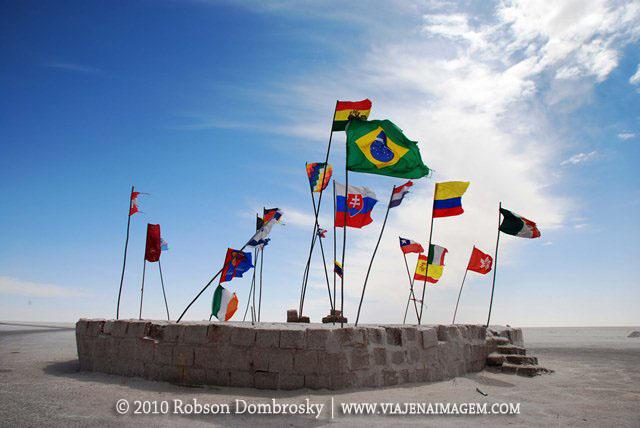 bandeiras de países no salar de uyuni