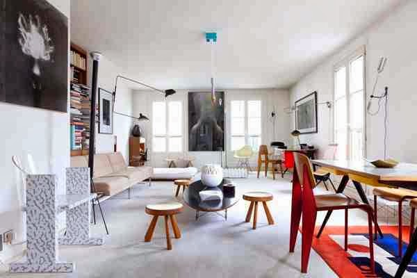 Standard Chair Prouve, krzesło z czerwonymi nogami, białe wnętrze i kolorowe akcenty, drewniany taboret designerski