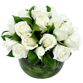 30 rosas brancas e folhas de camélia em um aquário redondo de vidro. Um arranjo com ótimo custo benefício, são muitas rosas por pouco preço! Dimensões: alt=24cm por larg=24cm