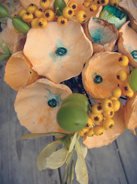 bouquet con fiori di carta,semi, bacche e baccelli, colori autunnali