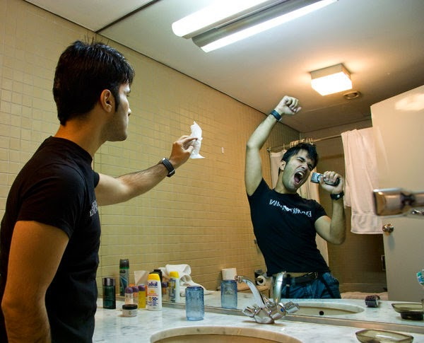 hal yang sering dilakukan orang di wc