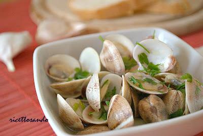 Sautè di vongole ricetta base di pesce ottima zuppa servita su crostini di pane