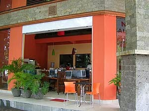 Warnet baru Bali @ Cyber Café & Restaurant