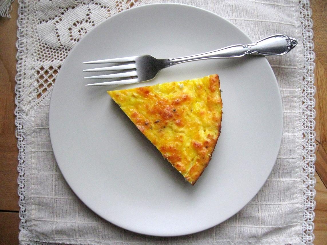 3 яйця збиваємо з сіллю, додаємо чорний мелений перець, кмину до смаку.  Додаємо 450 домашнього сиру...