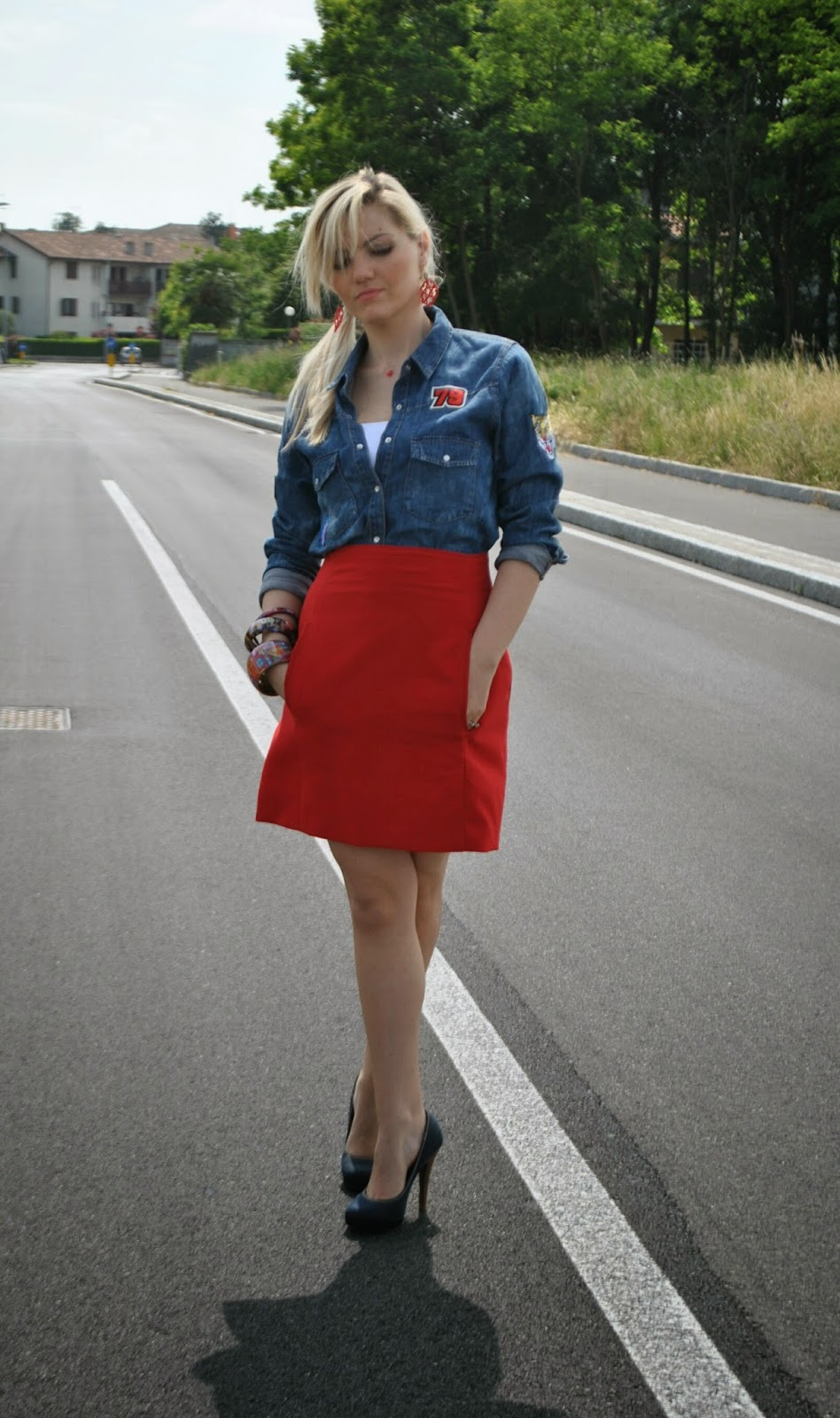 outfit gonna rossa a vita alta e camicia in denim outfit gonna a vita alta outfit camicia in denim come abbinare la camicia in denim fashion blogger italiane outfit di mariafelicia magno fashion blogger di colorblock by felym outfit gioielli giolina e angelo outfit maggio 2014 outfit primaverili blog di moda di mariafelicia magno abbinamenti gonna a tubino tacchi e gonna come abbinare la gonna rossa mariafelicia magno blogger di colorblock by felym occhiali da sole carrera camicia in denim con applicazioni pimkie decolletè di jeans replay bracciali desigual