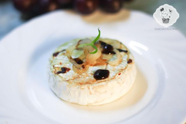grillowany camambert, przepis na grillowany camembert, camember z grilla, camembert na ciepło, camembert z cebulką z grilla