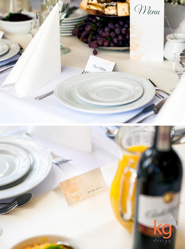 biały, brzoskwiniowy, eleganckie, gipsówka, goździk, księga gości, kwiaty, morelowy, numery stołów, pastelowe, piwonie, plan stołów, romantyczne, sznurek lniany, vintage, wstążka, zawieszka na alkohol, ponadczasowe, oryginalne i romantyczne zaporszenia ślubne projektowane indywidualnie, ręcznie robione, hand made, kwiaty, piwonie, peonie, zaproszenie z peoniami, piwoniami, goździkami,  dekoracje sali weselnej, wiązane wstążką, wiązane sznurkiem, zawieszka na alkohol, etykieta na alkohol, winietka, wizytówka, menu weselne, księga gości na odciski palców, drzewko, instrukcja obsługi, plan stołów, plakat, tablica usadzenia gości, papeteria ślubna, KG Design, Gabriela Kmiecik, Warszawa, Karków, Łódź, Wrocław, karty wiązane wstążką, brzoskwiniowy, pastelowy, biały