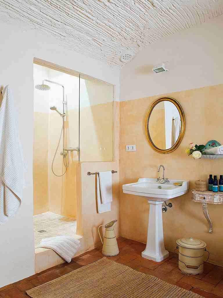 Rustykalna łazienka, umywalka na nodze w rustykalnej łazience, emeliowane dekoracje w łazience