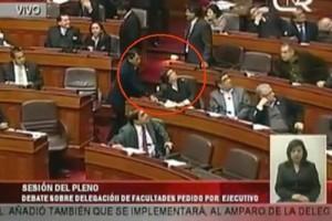 "Casi igual que aqui ""Polémica en Asamblea Legislativa peruana por diputado que votó ilegalmente"""