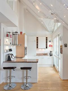 Kleine Küche für eine Loft mit beleuchtetem  Küchenboard