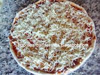 Pizza Margherita preparare topping mozzarella cascaval ras sos