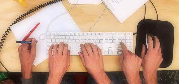 Muchas manos escribiendo al mismo tiempo