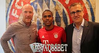 Liputan Bola - Pemain baru Bayern Muenchen, Douglas Costa mengaku siap bersaing dengan pemain-pemain lain, termasuk Franck Ribery dan Arjen Robben, untuk memperebutkan posisi di tim inti Bayern Muenchen. Dia juga yakin bisa memenuhi ekspektasi yang dibebankan kepadanya.