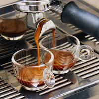 café expresso saliendo de cafetera