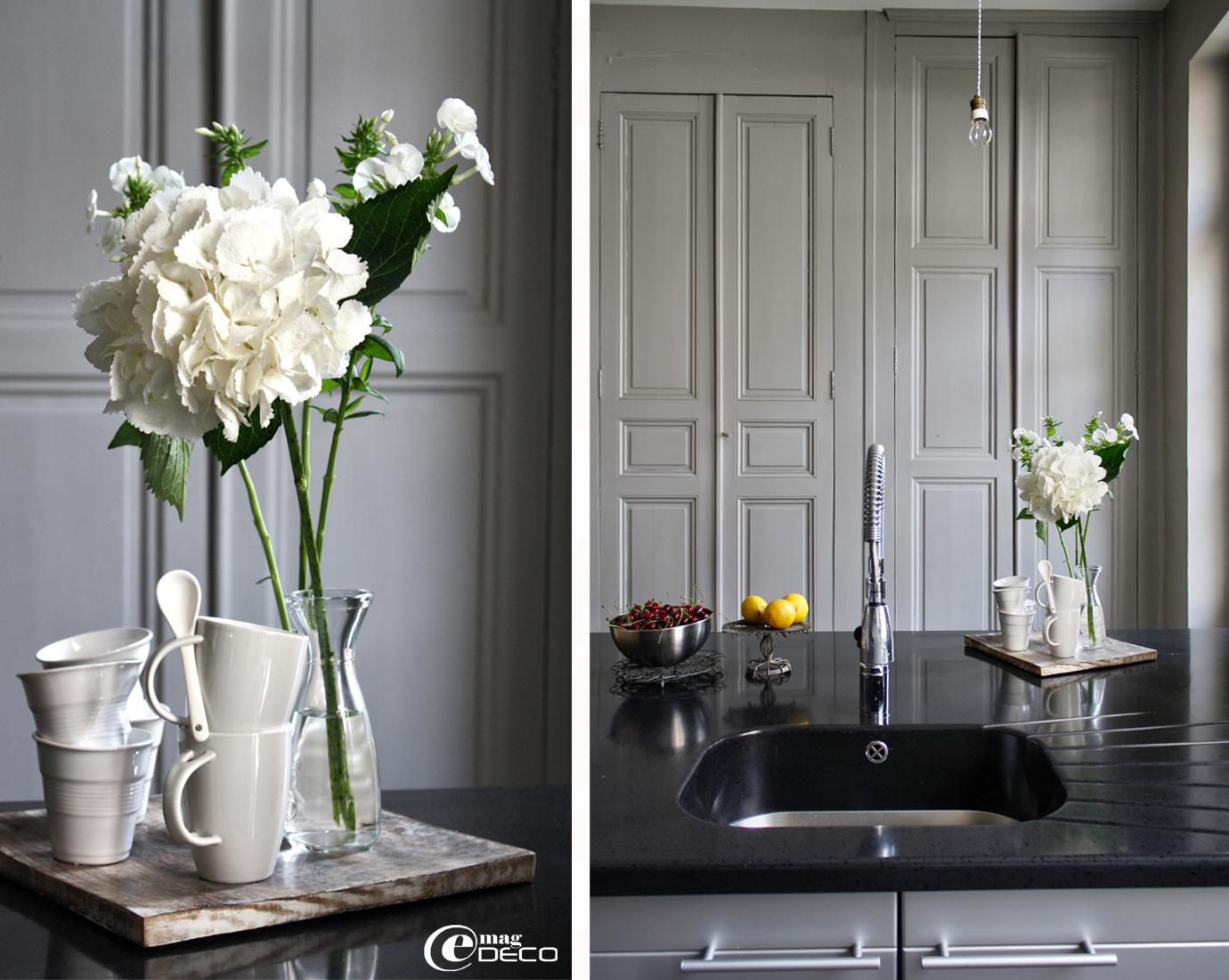 Mugs et gobelets froissés en porcelaine blanche, plan de travail de cuisine en Corian® noir