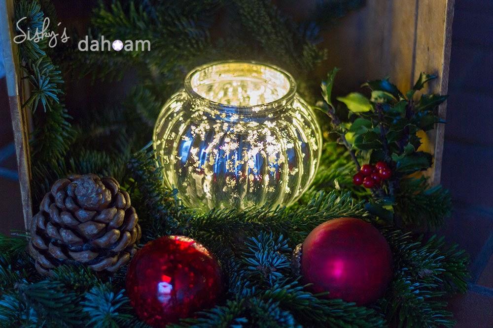 Weihnachtskugeln auf Tannenzweigen